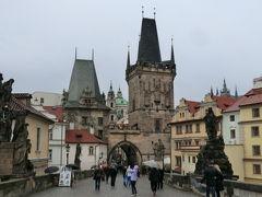 プラハ城側(マラー・ストラナ地区側)の橋塔。塔は2つある。 向かって左の低い方は、このカレル橋の前身、ユディタ橋建設の際に作られたもの(橋は洪水で流された)。ロマネスク様式。カレル橋の中では最も古い部分になる。右側は、15世紀に建てられたもので、旧市街側にたつ橋塔をモデルにしている。