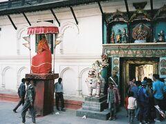 赤く塗られたハヌマン(猿神)が佇む門から