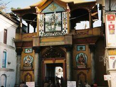 聖なるバクマティ川沿いに面したパシュパティナート寺院へ。残念ながらヒンディー教徒以外は寺院の中に入ることはできないので