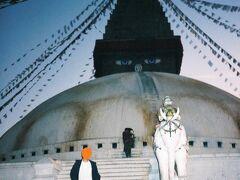 世界最大の仏塔とされるボダナート。何とも巨大な目が印象的、というか少し怖い