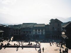 寺院の中には入れないけれど基壇には登ることができる。寺院前には広々したトウマディー広場