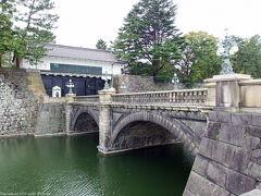 今は二重橋とは言わないらしく… 「正門石橋」