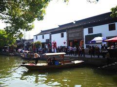 食後、上海から1時間程度の水郷「朱家角」へ向かいます 風情のある景色