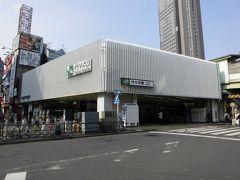 代々木駅    該駅は、明治39年(1906年)9月23日開業である。 即ち、甲武鐵道飯田町-中野間は、明治37年(1904年)8月21日に直流600V電化され電車運転が開始された事から、利用者利便向上の為に開設されたが、該駅開設当時は、山手線は旅貨列車線路共用であり、且つ、山手線は地上走行だった事から、後に、山手線停車の際は該線旅客ホームは現在の原宿-代々木間厩道踏切付近に設置された。 大正12年(1923年)9月1日発生の関東大震災に依り、工事中の高架外壁に亀裂被害が発生した。 その後、新宿駅構内大改良工事進展と共に、山手線客貨運転分離複々線化工事に依り、大正13年(1924年)6月に現駅構内が竣功し、中央本線電車のみ現駅位置に移動した。 他方、山手線代々木-新宿間複々線化は、大正14年(1925年)4月2日附に竣工し、該日より山手線旅客線も現駅構内高架上に移動し現駅形態が完成。 都営地下鉄大江戸線開通に鑑み、該駅は平成12年(2000年)に大改造された。 https://www.jreast.co.jp/estation/station/info.aspx?StationCd=1654