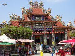 蓮池潭に到着。 龍虎塔の向かいの慈済宮。  中華風の建物。 今回はこういう感じの建物見てなかったので何か新鮮。