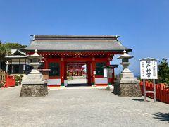 階段を下ると右側にはお店が少しあります  左に進むと鵜戸神宮の正門  「神宮」とつくので  皇室の祖先神が祀られていることがわかります