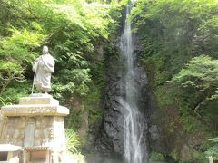 登山の前に立ち寄ったのは‥ 「白糸の滝とお萬の方像」です。  七面山はもともと女人禁制でしたが、徳川家康の側室であるお萬の方が、この白糸の滝にうたれて祈念をこらし、衆僧の阻止をふりきって登詣を果たし、女人にもその道を開きました。 それ以来、女人禁制がとかれたのと、七面大明神の威光や霊験がますます広く響くようになったので登詣者が増加し、この法勲を永くたたえるために銅像がたてられたそうです。