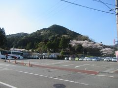 観光案内所付近からの香山公園。 以前は入口側に桜の木が並んでたんですが、池の工事の際に撤去されてしまいました。 池の工事の時に後で枝垂桜を植えるという話を聞いてたんですが、いまだに植えられてないというか、どうもこれから植栽は決める模様です。