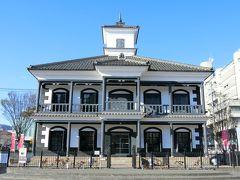 甲府駅に戻って、駅前を散策。国重要文化財の旧睦沢学校校舎。 明治に建てられた擬洋風建築。日本の宮大工さんが見様見真似で西洋風の建物を建てたそうだ。無料で入れる。