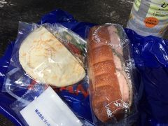 ベンチとテーブルもあったので、ここでランチ。甲府駅ビルのヴィドフランスで買ったパン。