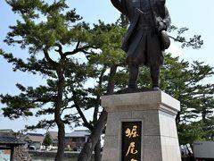 ●堀尾吉晴公の像  城門跡の前には、1600年の関ヶ原の戦いで戦功があり、隠岐・出雲24万石に加増転封され、ここ松江の地に城を築いた「堀尾吉晴公の像」が。