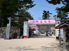 """そのまま道なりに進み、""""大手木戸門跡""""へ。 周囲の石垣から、松江城の正門に相応しい門があったと思われるものの、今は""""お城まつり""""のゲートに(苦笑)  なお、""""お城まつり""""は観桜期のお祭りイベントで、2019年は3月24日から4月14日の間開催され、夜には桜のライトアップも行われるそうです。"""