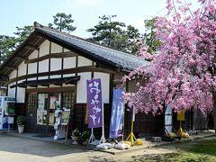"""●ぶらっと松江観光案内所  大手門から城内へと入り、""""二ノ丸下ノ段""""の端に「ぶらっと松江観光案内所」がありますが、既に駅前でパンフを確保済みだったので立ち寄らず。"""
