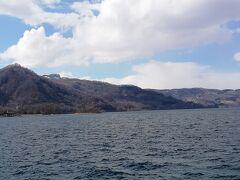 洞爺湖湖畔に来ました。  風が強くて冷たい~  あの山の上に見えるのがザ・ウィンザーホテル洞爺のようです。