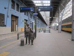 プラハ駅 ぶつかった人は多そうだけど銅像がいい感じ
