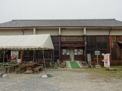 「埋蔵文化財展示室」に寄ってみた。  外観は倉庫に似た建物で入場は無料だ。  期待しないで入ってみると、