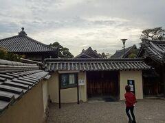 突き当りまで歩くと、門があって、中宮寺尼寺の表札が架かっていた。