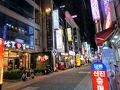 釜山港国際旅客ターミナル前から5-1のバスに乗って南浦洞へ移動し、地下鉄南浦駅近くの光復路の一つ南側路地に面する「K-Guesthouse Premium Nampo 1」のあるビル前に来ました。