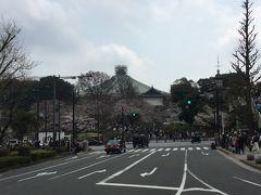 靖国神社の第一鳥居(大鳥居)前から日本武道館を見る。今年は、武道館方向には行きません。