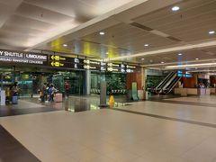 仕事が終わり次第すぐに空港に向かい、夜8時にシルクエアーのMI987に搭乗。夜中の12時過ぎにシンガポールのチャンギ国際空港に到着。入国カウンターで30分以上列に並び(毎度シンガポールは時間かかる)、外に出たことには1時を過ぎていた。到着は第2ターミナルだったので、ホテル(クラウンプラザ)のある第3ターミナルに向かう。