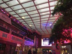 次に向かったのはお洒落なファッションビル、K11。 アート系の雰囲気でピンクを基調としたライティングがまた香港っぽい! アパレルブランドのお店がたくさん入っている若者に人気なビルのようですが 今回はあるお店を目当てに訪問。