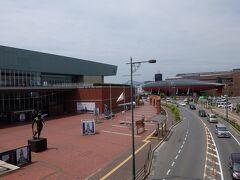 歩いて数分ほどで観光案内等で有名な呉の撮影地に到着。 左が大和ミュージアム、奥が鉄のくじら館です。