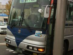 新津駅に到着。新津鉄道資料館方面に向かうバスに乗り換え。  時刻表を見ていて薄々気づいていましたが、先ほどと同じバスでした。