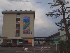 バス停から数分歩いたところに「新津鉄道資料館」がありました。  学校のような建物です。