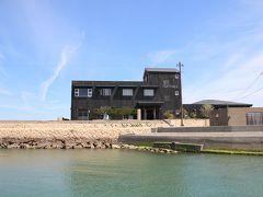 犬島に到着、港のすぐ先にチケットセンターの黒建物があります。 犬島のアート鑑賞パスポートが、ここで販売されています。  ・精錬所美術館と家プロジェクト共通鑑賞券 2,060円