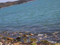 犬島の海岸は、石の島だけあって海岸も小石でいっぱい、それにしても瀬戸内は澄んだれいな海です。  1970年代、高度成長期の瀬戸内は、沿岸の工場からの排水や洗剤等を含む家庭排水が垂れ流されていたため、相当ひどい汚染状況でした。夏には赤潮が広域に発生することが日常茶飯事、また大気汚染も深刻で、多量の窒素酸化物やばい煙の放出で、光化学スモックも頻発し、海、空共に今では考えられないような状況でした。まさに今の中国のような状態でした。