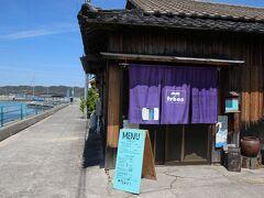 もうすぐ港、そこには一軒のカフェがあります。 trees 犬島店  古民家をリノベートした素敵なカフェ、ここの野菜たっぷりカレーが美味しいんですよね!  口コミ情報は下記をご覧ください。 https://4travel.jp/domestic/area/chugoku/okayama/okayama/okayama/tips/12337855/#contents_inner