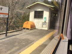鶯巣駅は通過です。 次の平岡駅まではトンネルです。