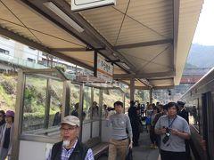 3つの秘境駅に寄り次の4つの秘境駅の前に平岡駅で30分の大休息です。 5時間40分の乗車で最初の新城駅と平岡駅が飲み物や食べ物が買える駅です。