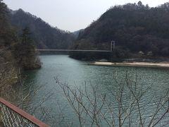 4番目の秘境駅の為栗駅に14時に着き15分の停車時間に、 向こうに見える天竜橋まで歩いて行って戻ります。