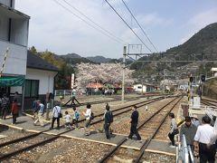平岡駅のホームから何本もある線路を渡り駅舎と一体になっているふれあいステーション龍泉閣に行きました。