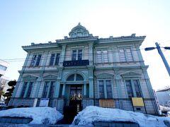 1307 明治12年に設立された県下では最初、全国で59番目の国立銀行です。明治37年に親方町に移りました。本館は、この時建てられた新店舗で、設計者は、当時洋風建造物の第一人者で太宰治の生家・斜陽館なども手がけた堀江佐吉によるものです。 ルネッサンス調の洋風建築で、頂上には展望台を兼ねた装飾塔をつけ、その先端にはインド寺院に見られるような相輪を配しています。国の重要文化財に指定されています。https://www.aptinet.jp/Detail_display_00000022.html