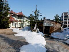 1345 旧東奥義塾外人教師館の裏のミニチュア建造物へ 雪のため櫓の中にある.