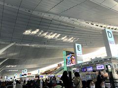 羽田空港で母と合流。さっとチェックインをして、朝も早かったので朝ごはんを食べに向かいます。