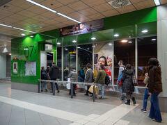 15:30にトレドを発って1時間ほどで マドリードのバスターミナルに 戻ってきました。  これからトレドに行く方たち。 ライトアップ見にいくのかな。
