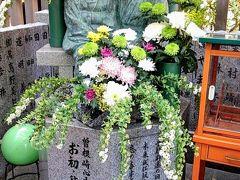 曽根崎心中のお初と徳兵衛の像。私が行った日にはこのような素晴らしい花がお供えされていました。お二人も嬉しそうに見えました。