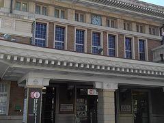 フェルメール展の大阪市立美術館をあとにしてJR天王寺駅から大和路線に乗り、JR奈良駅までやって来ました。こちらの素敵な建物は2003年までJR奈良駅舎として使用されていた歴史的建造物です。  現在では、奈良市総合観光案内所になっていました。こちらで奈良市の観光案内地図を頂きました。中にスターバックスもあるので頂いたパンフレットを見ながら、観光の計画を練ることもできると思いました。  観光案内所というだけあって、パンフレットはたっくさん揃っていました。