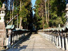 変わった名前。なぜかというと、すぐ真横が宝山寺の大鳥居へ続く参道だからです。参道の始点に門前おかげ楼がある感じ。