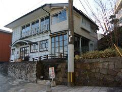 正面に「ここちカフェむすびの」が目に入りました。 明治40年頃の古民家をカフェにしている。
