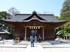"""●松江神社  """"二の丸跡""""には2つの建物が並ぶようにあり、まずは松江藩松平家の初代藩主・松平直政を主祭神として祀る「松江神社」へ。 松江藩は、1600年の関ヶ原の戦いの後、堀尾氏・京極氏が治めたものの、ともに統治期間は短く、1638年に松平氏が移封され明治維新に至っています。"""