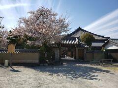 立派な桜が出迎えてくれた飛鳥寺。 朝、バスで前を通った時は、結構人がいたのだけどな。 ちょうど隙間に来れたみたい。  こじんまりしたお寺だけど、雰囲気の良いお寺だった。 元は、とってもとっても大きなお寺で法隆寺並だったんだそうですよ。 火事で消失して、再建できずにいたけれども村の人たちが大事に守ってきたことを聞いた大阪の商人がこのお堂を建ててくれたのだそうです。  お寺に入ったら、丁度お話をしている所で、ここでも色々お話を聞かせてもらいました。