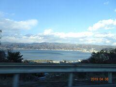 夫と無事に待ち合わせをできたので、今度は中央道へ東京へ帰ります。  諏訪湖です。 こんな大きな湖が凍ることもあるのですね~