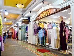 我々の結婚式の衣装は準備されていますが、親戚の方々が着用する服を買いに行きましょう。 The old siamと言うタイシルク製品を中心とした衣料品がメインのショッピングモールですが、タイの伝統的なお菓子を売る屋内屋台街も見応えありです。
