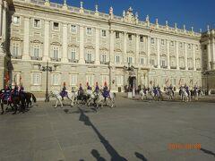 王宮前を行進する騎馬隊に偶然行き会いました