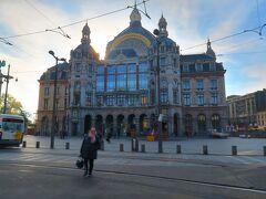 寝る間もなく到着~  なんてことないバス停で降ろされ← googlemap頼りに中心部へ。  バス停から5分くらいであった!  Antwerpen Central  世界でもっとも美しい駅のひとつでもあるこちら。 たしかに駅というよりは美術館とか王宮のようだわ。 この写真も後光が差しているわw