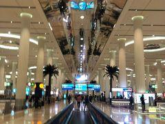 広すぎるドバイ空港。 現地ガイドさんは入国ゲート出た所にいます(日本語堪能なアラブの方)。 また反省点なのですが、ドバイ→日本便が夜中一本と朝一本。 夜中発は、お店とか空港散策してたらあっという間とは思いますが、同じパターンの人が多くてカフェや椅子が大混雑だからおすすめではないとの事。 なので、ドバイ昼着→ドバイホテル宿泊→次の日朝発にしました。 ですが、トラブル2発生。乗り継ぎの際のドバイ滞在時間が24時間以内の場合、ドバイでお預け荷物が受け取れない事が発覚!!! なので、マレ出発前に使うかもしれない水着や着替えをトランクから持ち込みリュックに移し、 代わりにお土産をいれるスペース確保のために、食べないかもしれないお菓子等をトランクに移す等。。 せっかく大きいトランクできたのに。。! まあそのおかげで、ドバイでは荷物待ちもなくスムーズ☆彡